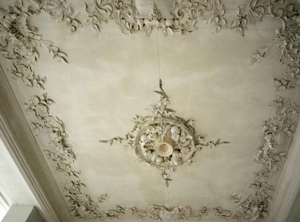 Такой потолок подчеркнет роскошность жилища.