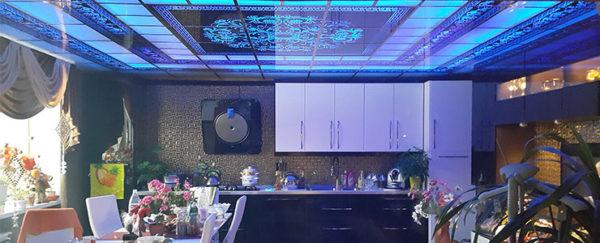 Такой потолок станет настоящим украшением комнаты.