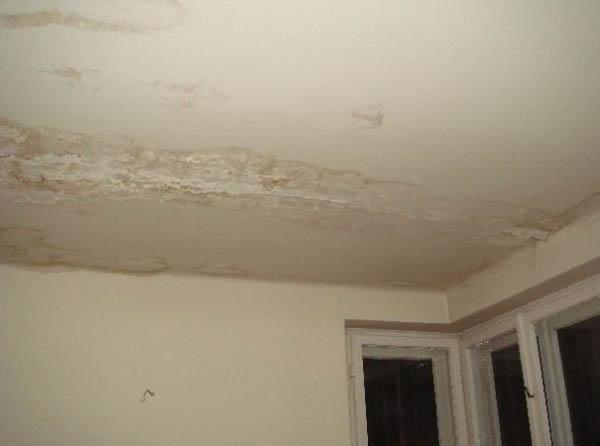 Существуют варианты, как устранить течь с потолка, но многое зависит от того, какой материал на потолке.
