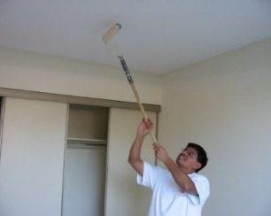 Технология: подвесные потолки из гипсокартона лучше красить валиком с целью экономии краски и создания более равномерного покрытия