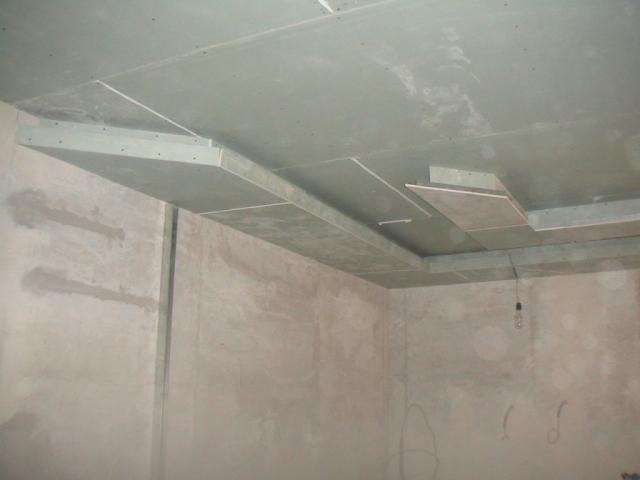 Тема нашей статьи - гипсокартонный потолок своими руками. На фото - почти готовый потолок, которому предстоит только чистовая отделка.