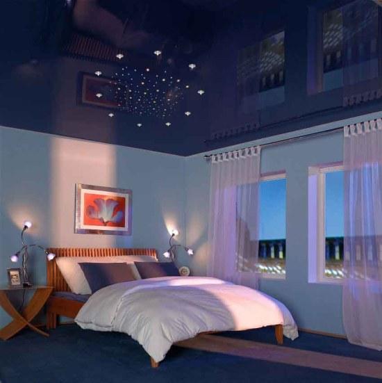 Темный глянцевый апотолок в спальне
