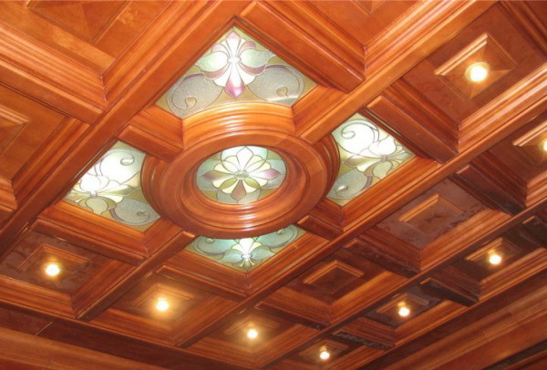 Кессонный потолок из дерева.
