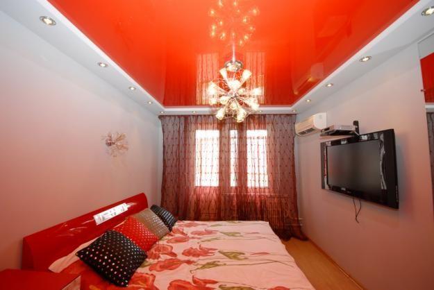 В дизайне комнат не имеет значения, какие именно тканевые или ПВХ натяжные потолки использовать. Непревзойденного эффекта можно достичь в обоих случаях
