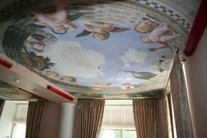 Тканевой натяжной потолок с библейским рисунком в современном интерьере