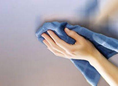 Тканевый натяжной потолок можно лишь протирать сухой или чуть влажной тряпкой