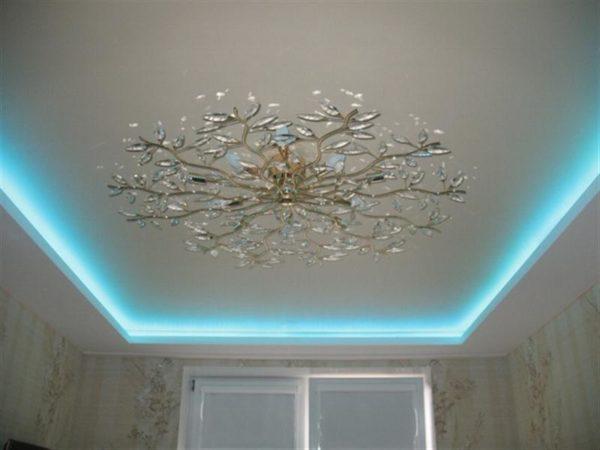 Тканевый потолок красиво смотрится с подсветкой