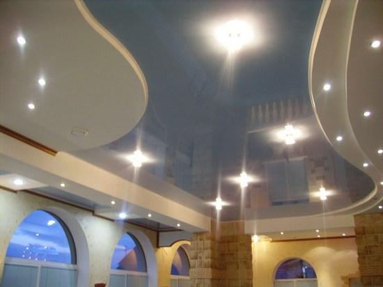 Точечные светильники установлены, как на гипсокартонных, так и на поливинилхлоридных элементах потолка