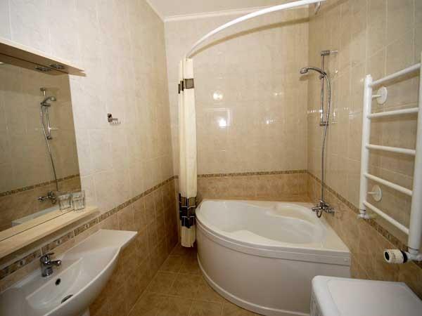 Точно выбранный размер карниза позволяет правильно по ширине подвесить шторку для ванной.