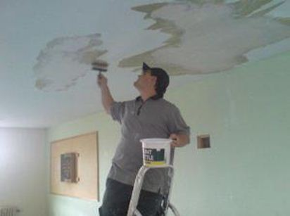 Убираем пятна с потолка
