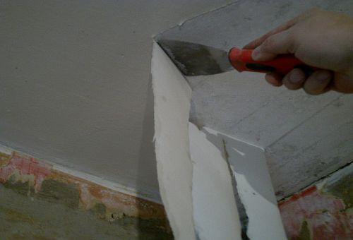 Удаление старых обоев с потолка