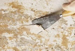 Удалить слой побелки шпателем