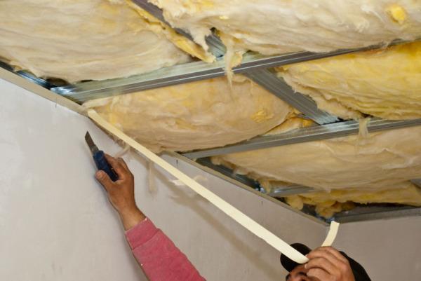 Укладка минеральной ваты в каркас