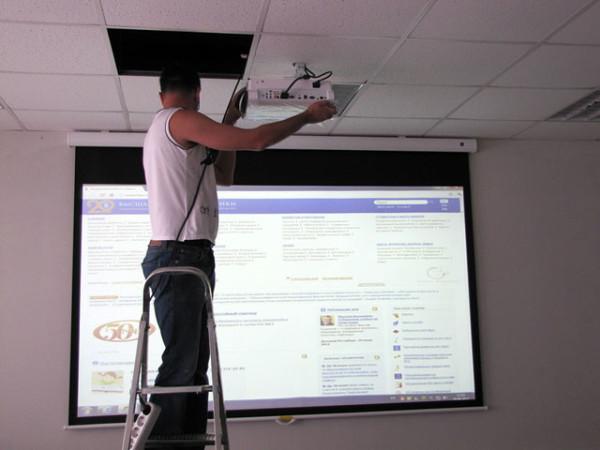 Как крепить к потолку проектор в учебном классе