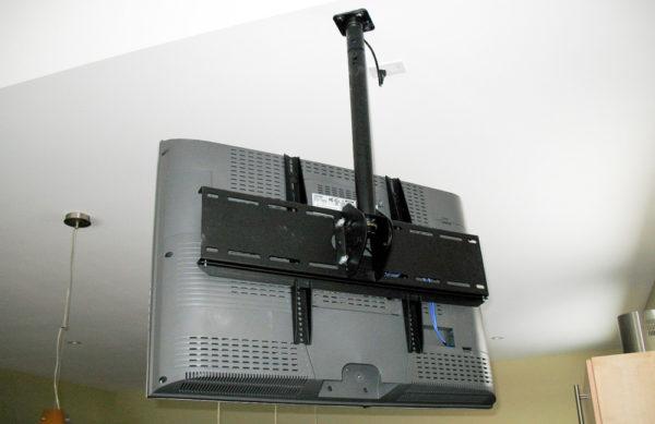 Усиленный таким образом потолок без проблем выдержит вес телевизора
