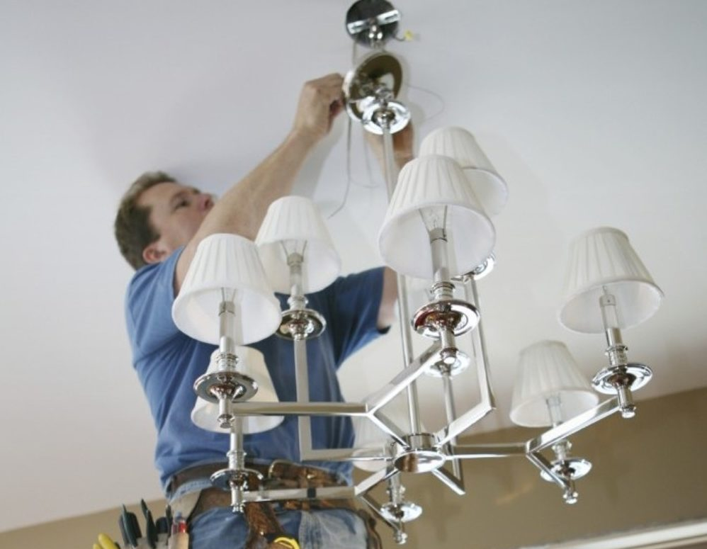 Установка люстры на натяжной потолок сквозь проделанное в нём отверстие