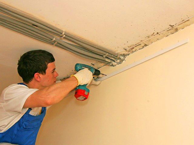 Тем чаще точки крепления багета - тем меньше вероятность появления щелей между ним и стеной.