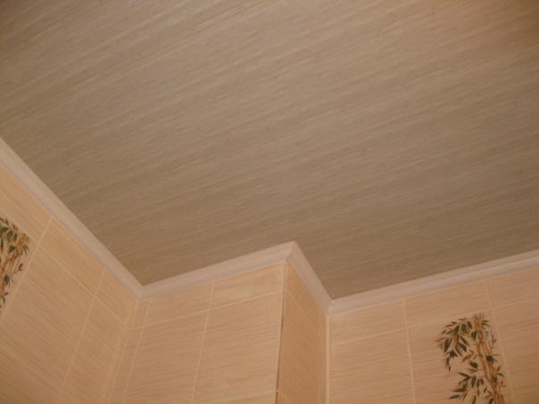 Потолок из ПВХ, имитирующего текстуру дерева