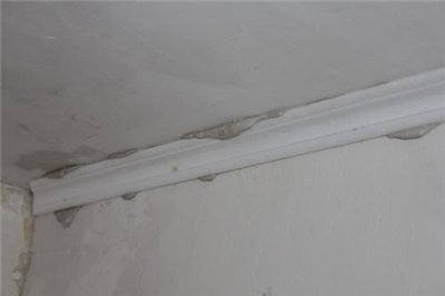 Излишки шпаклевки удаляются шпателем
