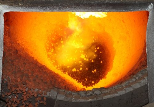 Материал представляет собой спеченную при высокой температуре глину. Этим и определяются его свойства.