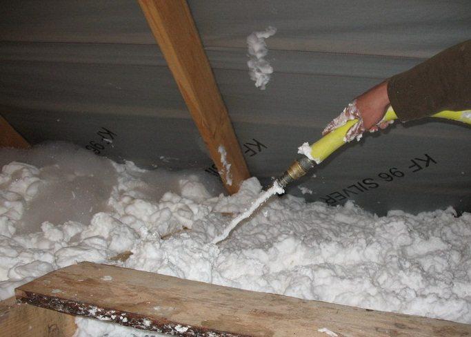 Применение пеноизола в утеплении потолка