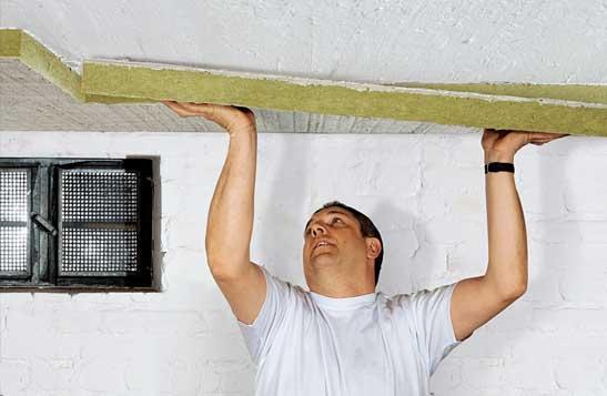 Приклеивание минерально-ватной плиты к потолку
