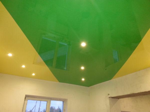 В лаконичном интерьере яркий потолок неуместен.