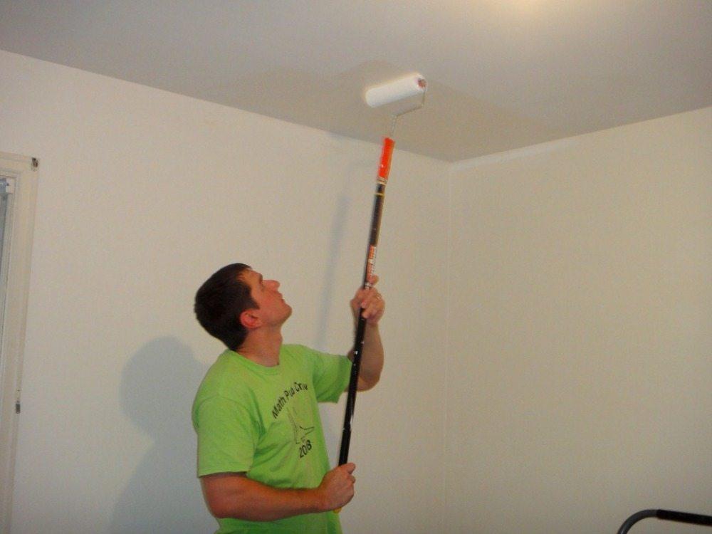 Покраска потолка водоэмульсионной краской валиком