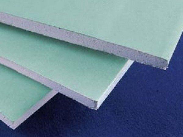 Лист влагостойкого гипсокартона имеет характерный зеленоватый или голубоватый цвет картона