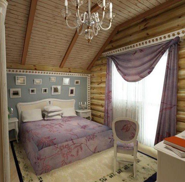 Уютный и деревенский дизайн спальни со скошенным потолком, зашитым вагонкой - ее цвет продублирован золотистым цветом стен