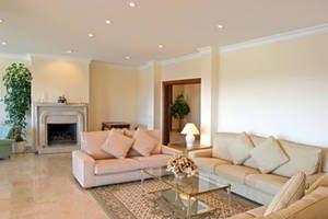 Одноуровневый потолок из гипсокартона можно украсить встраиваемыми точечными светильниками