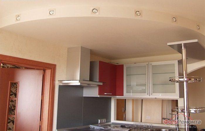 Потолки из гипсокартона легки для раскройки, изгибов, отделки и образуют бесшовную плоскость, ровную или с куполами, сводами, ступенями