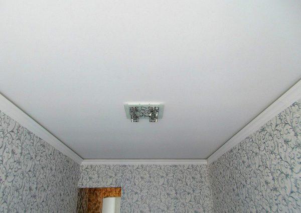 Визуально матовая поверхность напоминает потолки из гипсокартона