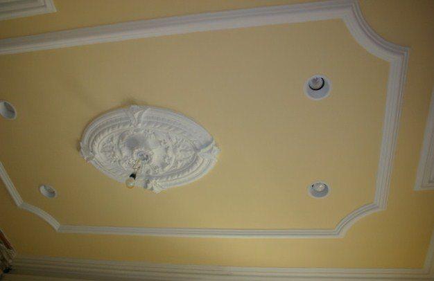 Внешний вид потолка зависит не только от умения маляра, но и от выбора краски.