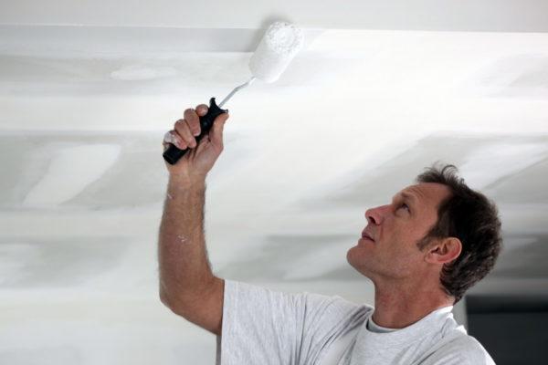 Водоэмульсионную краску на потолок можно наносить в замкнутом помещении без средств индивидуальной защиты