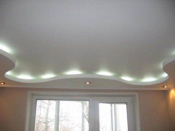 Волнистые формы по периметру потолка – оригинальная конструкция