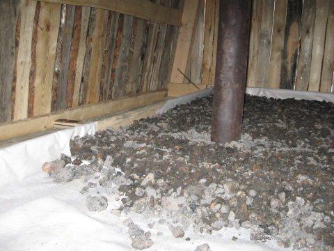 Возле дымохода потолок можно утеплить керамзитом