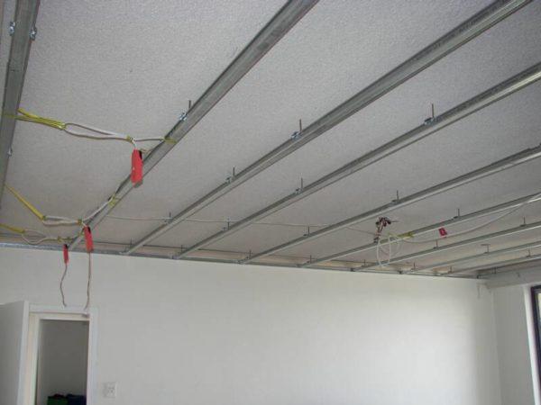 Все кабель-каналы прикрепляем либо к потолку, либо к каркасу