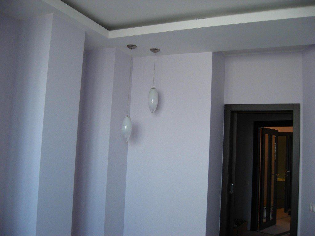 Встречаются и комбинированные варианты: выровненный и прошпаклеванный потолок сочетается с гипсокартонной конструкцией.