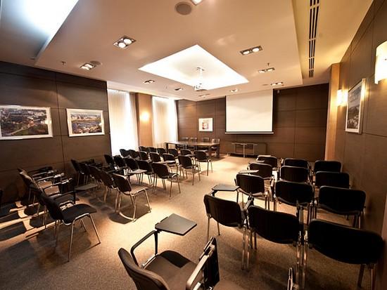 Встроенная в потолок акустика открытого типа в конференц зале