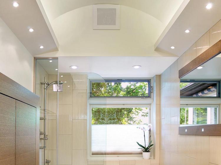 Встроенные приборы осветят все уголки помещения.