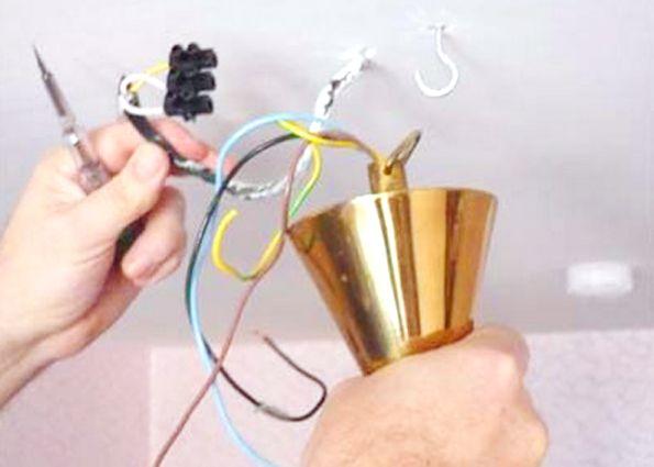 Вы просто подвешиваете люстру и скрываете провода колпаком