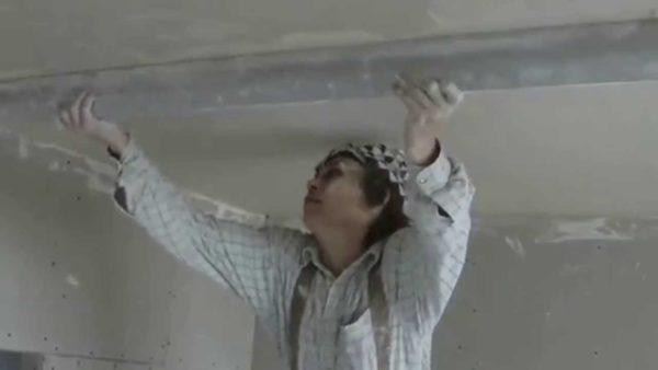 Выравнивание потолка при помощи штукатурки.