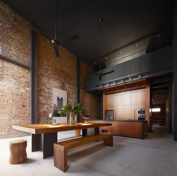 Высокие залы могут позволить себе тёмные потолки