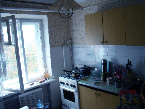Типичная хрущевка - высота потолков невелика, что гармонично дополняется тесной кухней