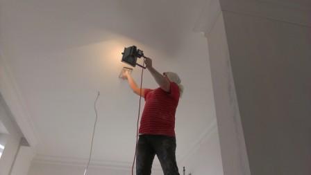 Яркий свет – лучший способ выявить неровности на потолке