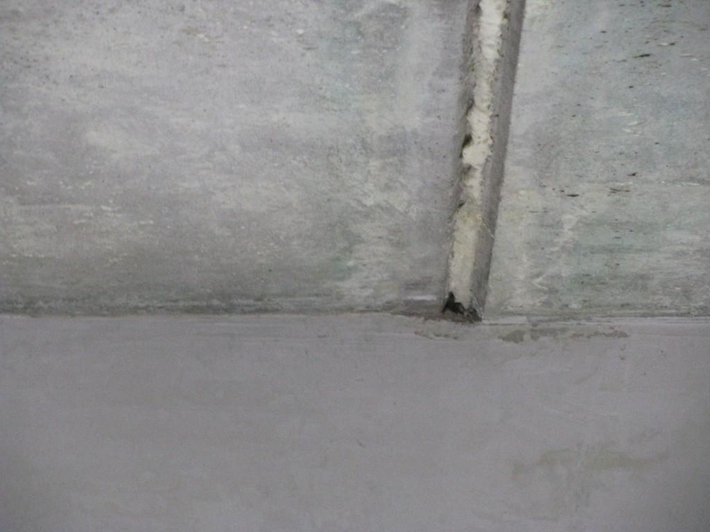 Шов на потолке, заполненный монтажной пеной