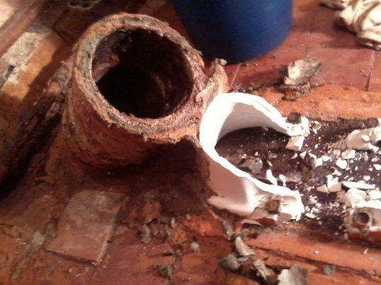Застывший в унитазе цементный раствор заставит вас не только покрасит потолок, но и обновить сантехнику
