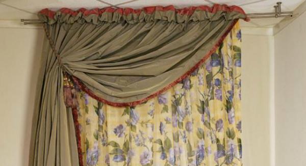 Здесь использован двойной металлический карниз для штор – декоративных и светонепроницаемых. Для тюля потребуется дополнительная штанга