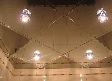 В зеркальный потолок легко можно установить встраиваемые и другие виды светильников